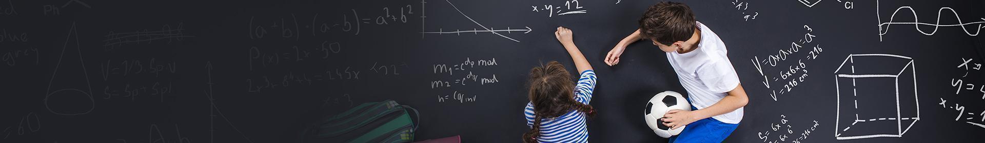 Dzieci piszące na tablicy